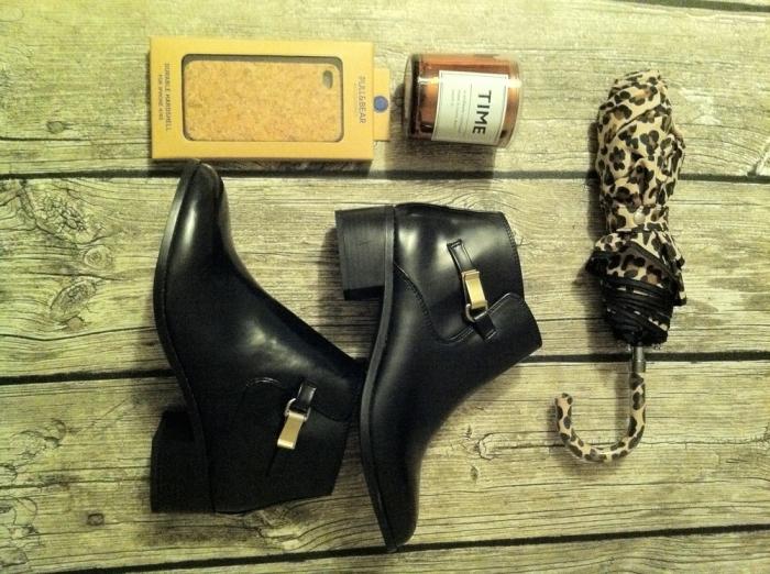 Regresso aos materiais naturais (capa Iphone 4/4s em cortiça), botas curtas para vestir com vestidos de meia estação, chapéu de chuva na tendência animal print (tudo Pull & Bear), e tempo, muito tempo numa vela (H&M)
