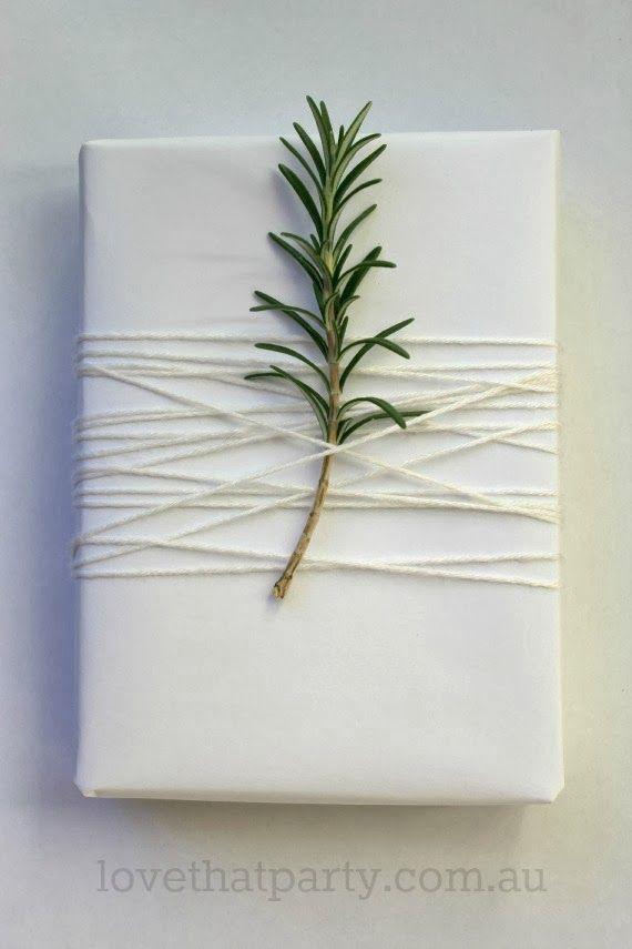 A simpliciddae consegue ser arrepiante. Fundo branco, cordel branco, com um toque de Natureza. Perfeito.