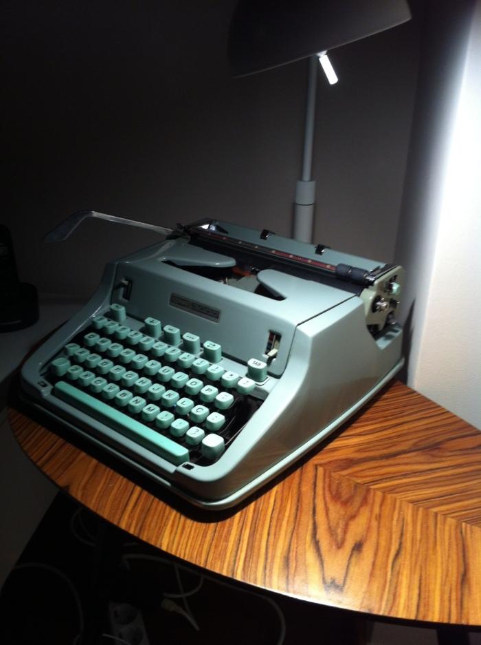 MesaLÖVBACKEN da IKEA e máquina de escrever HERMES 3000, comprada na Feira da Ladra há pelo menos 3 anos.