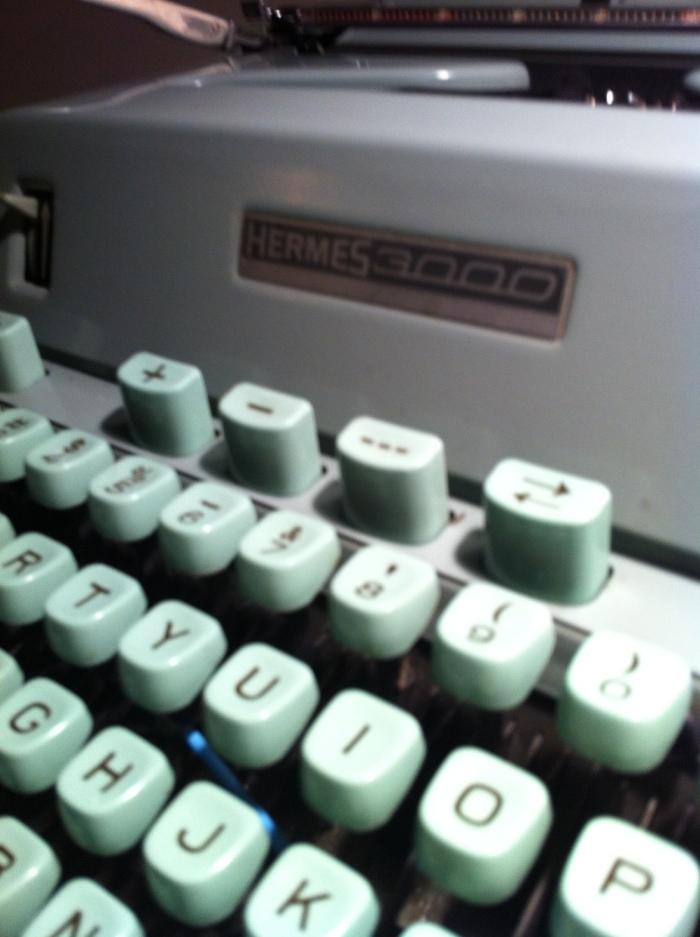 Não é Hermés, mas é Hermes, a máquina de escrever portátil dos anos 50/60, que inspirou escritores e estudantes em todo o mundo.