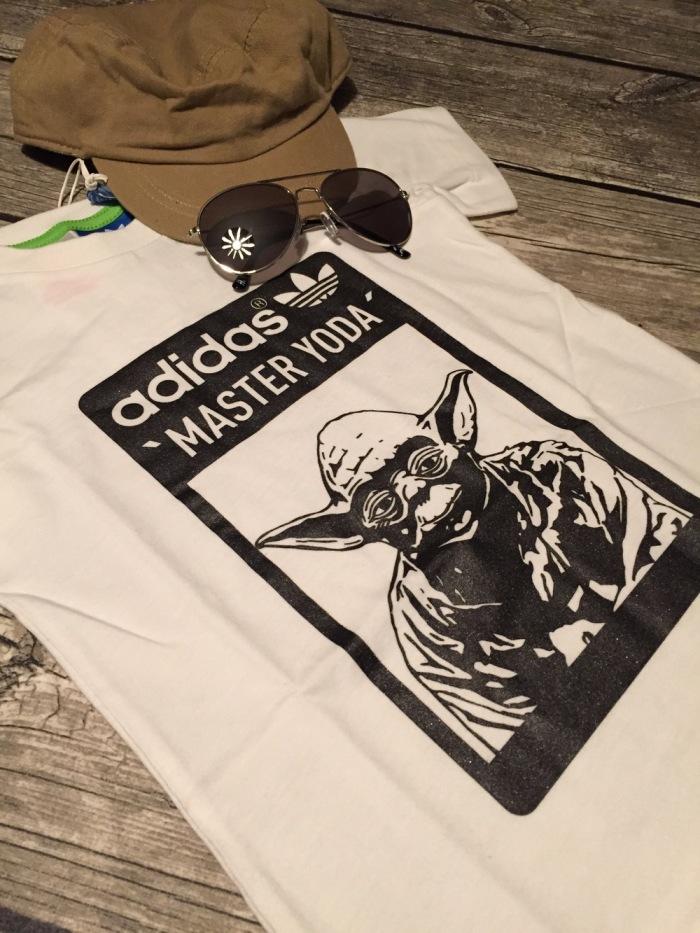 T-shirt de criança Adidas, chapéu Primark e óculos de sol H&M