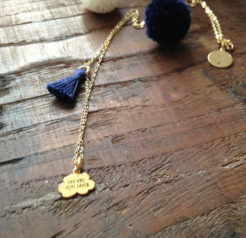 Colar com fio (40cm + 5cm extensão) e pendente, todo em prata dourada. Medalha com gravação